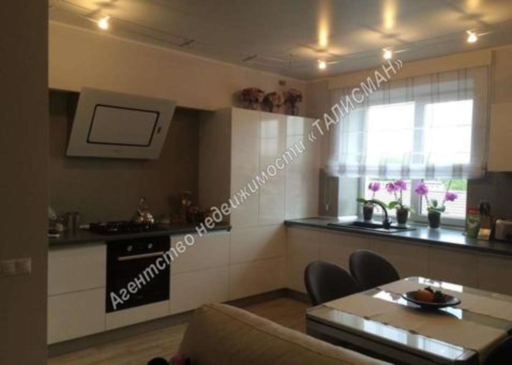 Продается двухкомнатная квартира за 4 300 000 рублей. Таганрог, ул. Энгельса, 12.